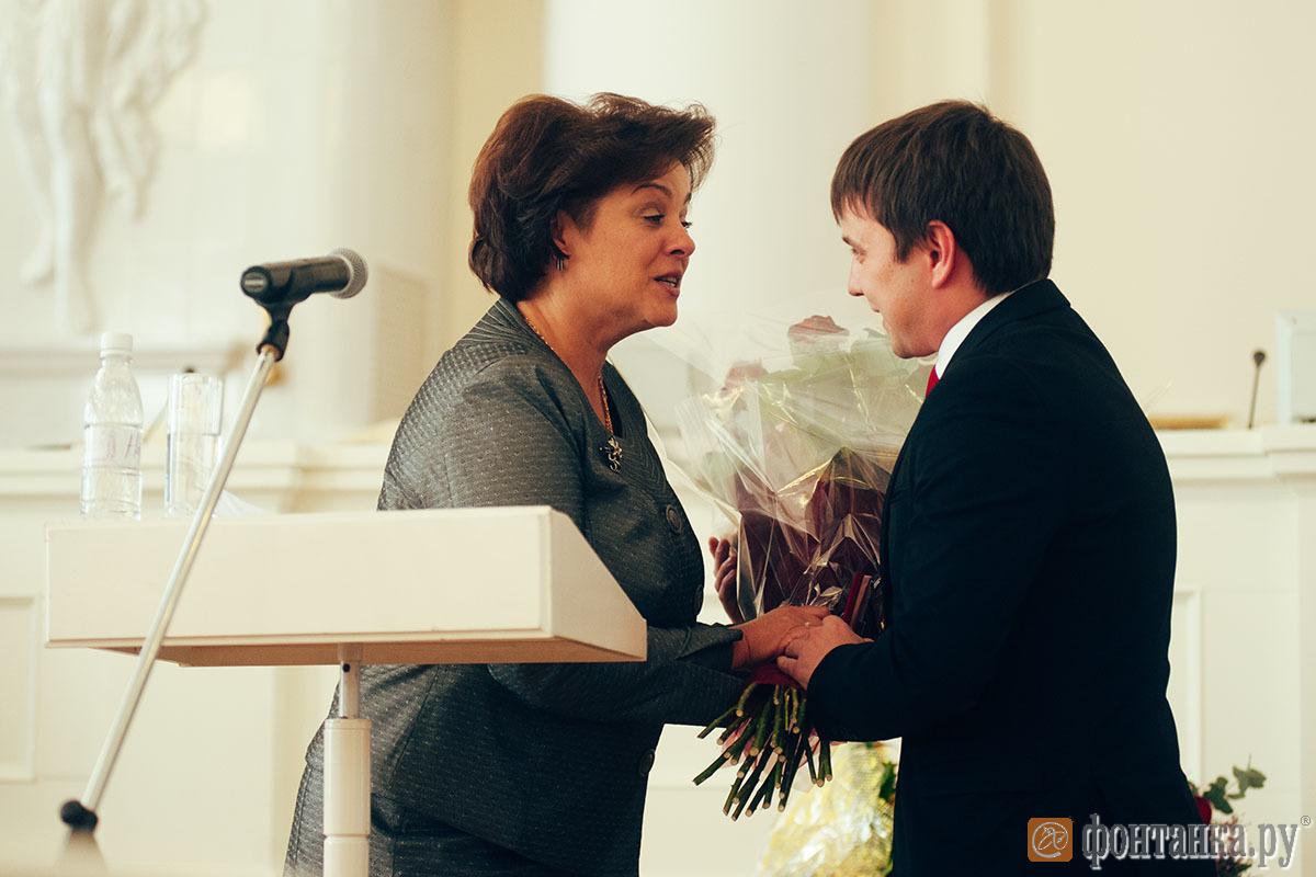 Почетную награду вручает председатель комитета по образованию Воробьева Жанна Владимировна