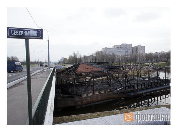 Обгоревший остов веранды ресторана «Усадьба» до сих пор плавает в Муринском ручье