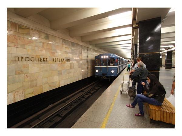 Неисправный светофор парализовал движение по красной линии метро