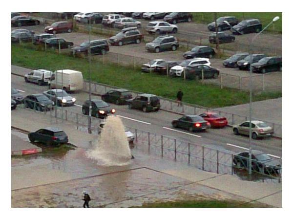 На углу Брестского бульвара и Ленинского проспекта бьет фонтан воды