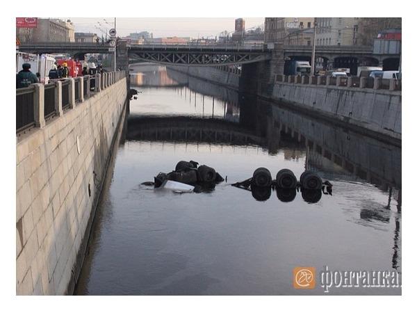 В Обводный канал упал бензовоз