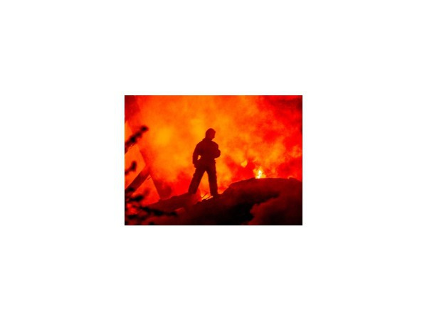 Утром 8 октября в Сургуте загорелся склад со строительными материалами