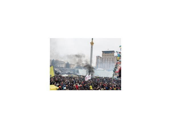 """Активисты партии """"Свобода"""" устроили митинг и забросали шашками и шумовыми гранатами здание Рады в Киеве, так как в парламенте не утвердили закон о бойцах УПА"""