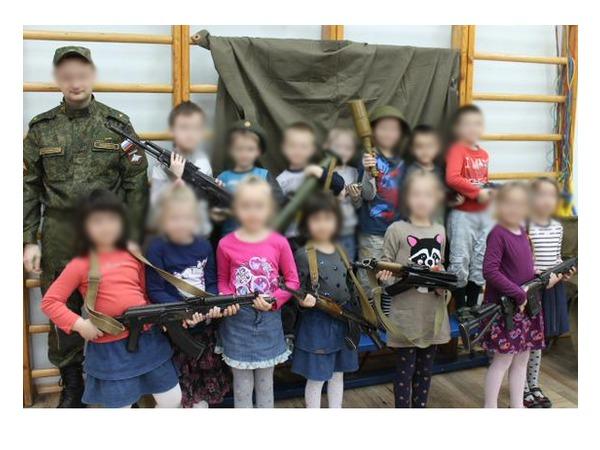"""""""Фонтанка"""" ищет детский сад, в котором устроили """"День ополченца"""" с оружием"""