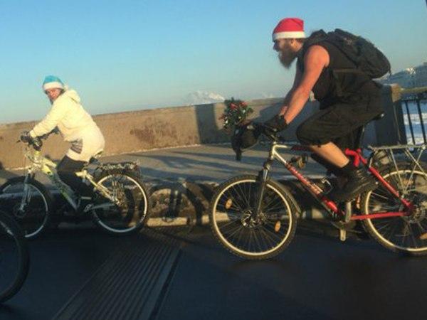 В центре Петербурга заметили «Санта-Клауса» в шортах на велосипеде
