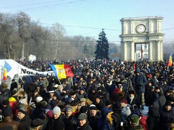 В Кишиневе протестующие заблокировали здание парламента