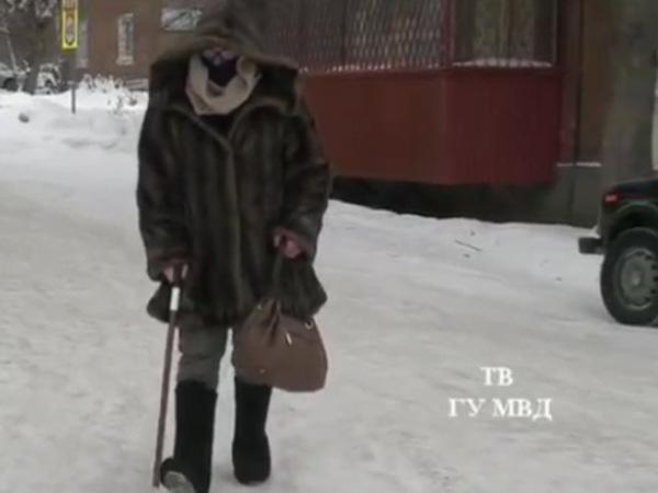 Полицейский переоделся бабушкой, чтобы поймать грабителя
