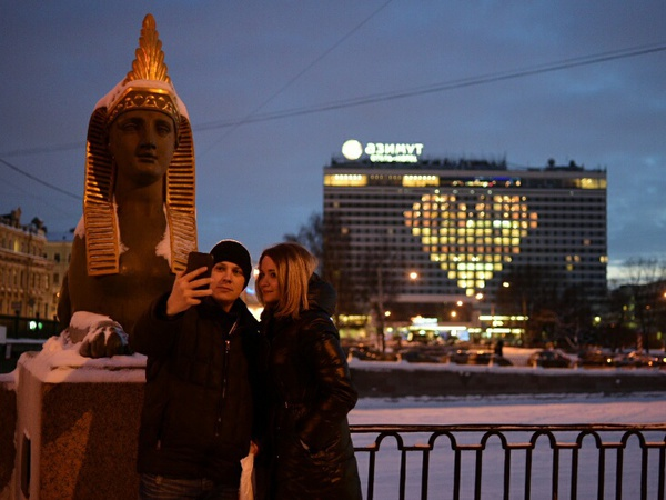 В Петербурге окна в форме сердца зажглись как признание в любви