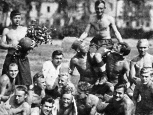 Блокада: Ленинград не умер - Ленинград играет в футбол
