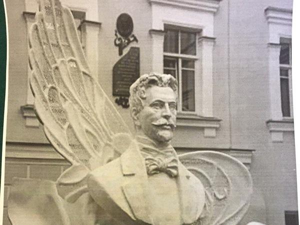 Петербургу подарили бюст Анненского с крыльями стрекозы