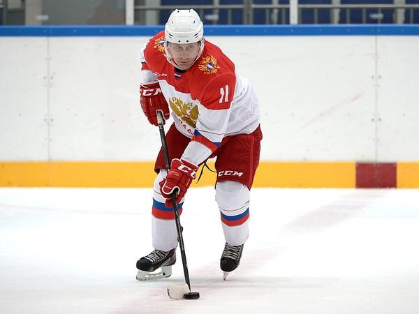 Путин в Сочи поиграл в хоккей