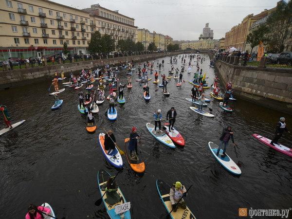 С «Фонтанкой-SUP» в Петербург вернулся народный карнавал