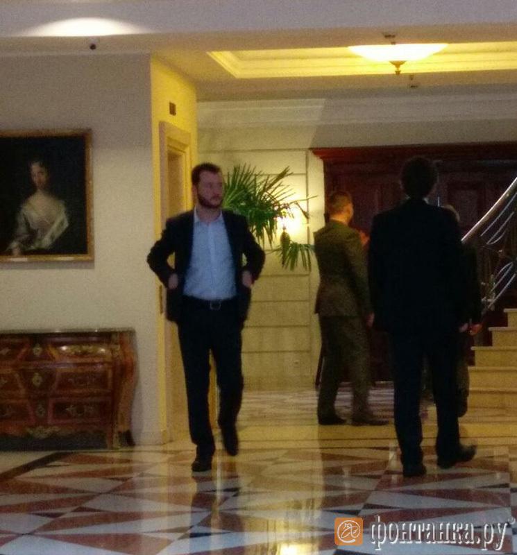 В распахнутом пиджаке – Алан Байрамкулов из «А1» (холл отеля Кемпински)