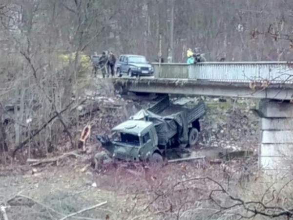 Военный грузовик с тремя срочниками рухнул с моста в Луге