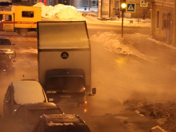 На Исполкомской прорвало теплосеть: в размыв угодила машина
