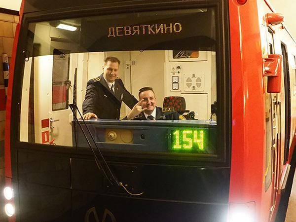 Пассажиров красной ветки повёз красный поезд