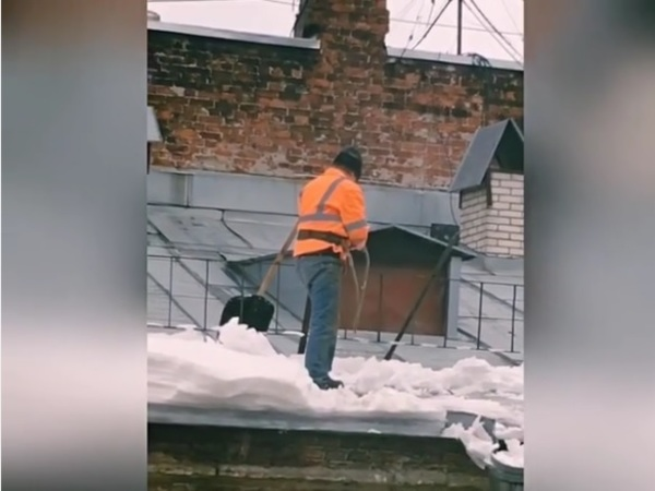 Очевидец: На Некрасова снег чистили без страховки