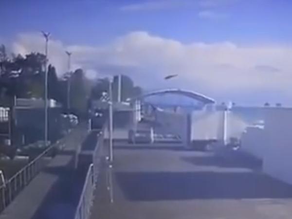 В Сети появилось видео падающего на дом в Сочи вертолета