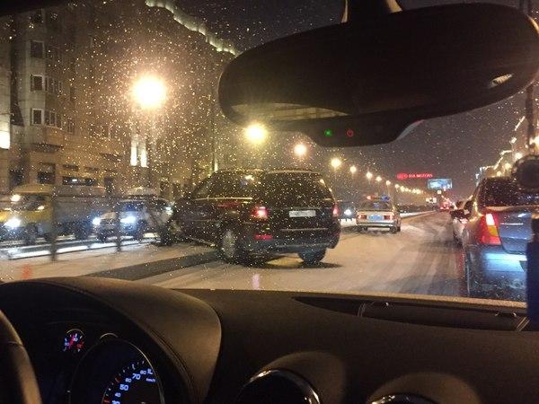 «Неожиданный снег» парализовал водителей Петербурга