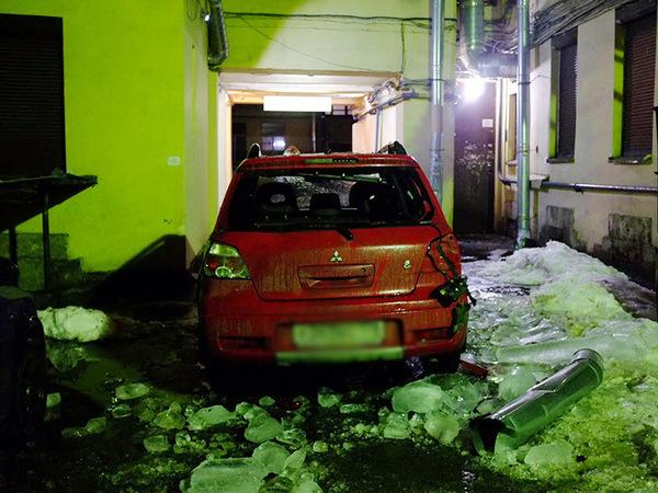 Обледеневший кусок трубы рухнул на три автомобиля на Петроградке
