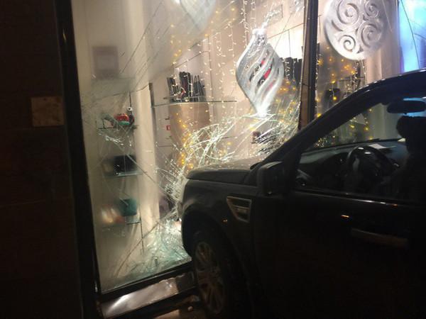 Land Rover на Московском приехал в обувной магазин