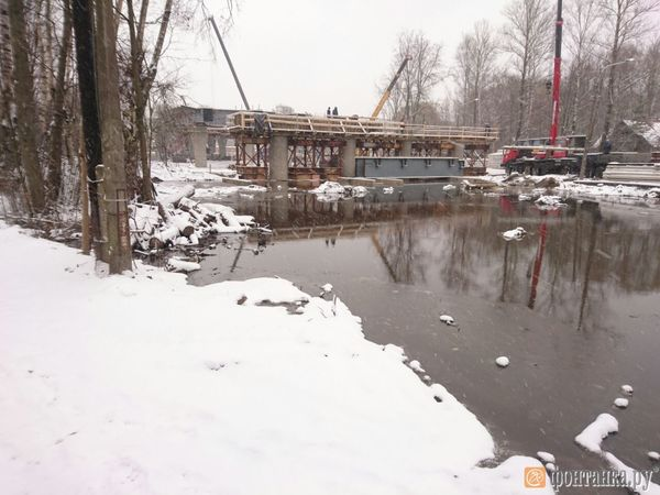 Очевидцы: У строящегося Поклонногорского путепровода из-за прорыва трубы образовалось озеро