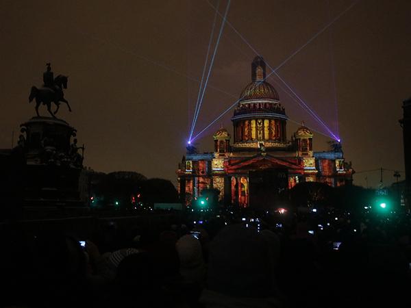 На Исаакиевской площади историю Петербурга рисуют музыкой и светом