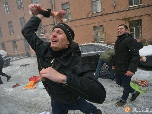 Другороссы закидали украинское консульство в Петербурге костями