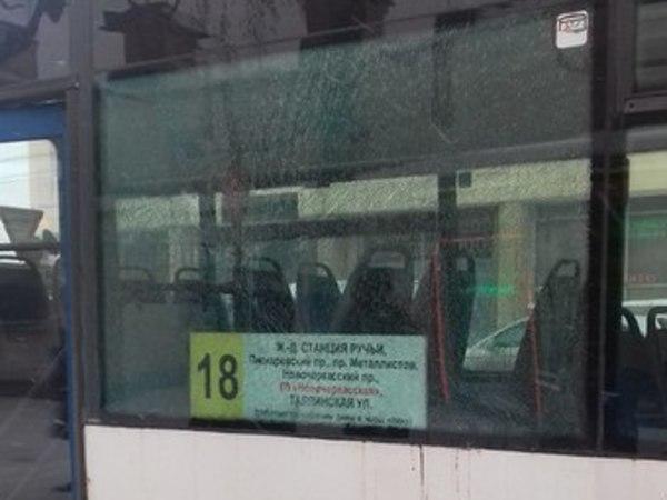 На Большеохтинском обстреляли автобус 105-го маршрута
