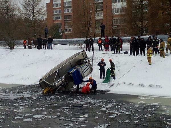 Опрокинувшийся в Кронштадте экскаватор принадлежал «Ленводхозу» - он занимался чисткой канала
