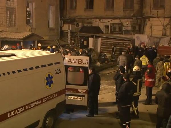 В Киеве рухнул дом, из-под завалов достают людей
