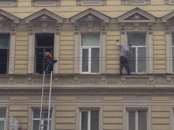 На Гороховой петербуржец устроил прогулку по карнизу третьего этажа