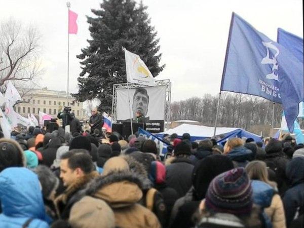На Марсовом поле в митинге памяти Немцова принимают участие от 500 до 1000 человек