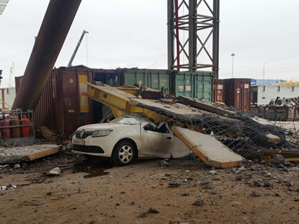 На Канонерском острове упавшая со стройки ЗСД плита раздавила автомобиль