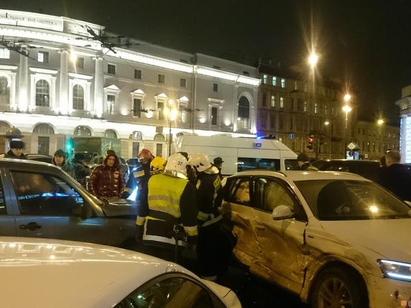 На перекрестке Садовой и Невского иномарку вынесло на тротуар