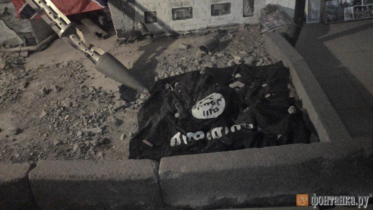 флаг запрещенного в России ИГИЛ в музее Новороссии в Петербурге (Фото: Денис Коротков)