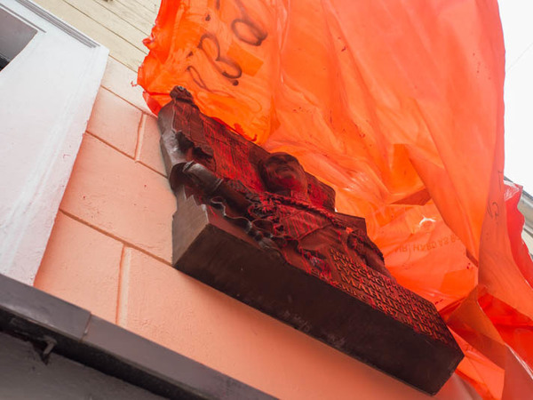 Курсанты отмывают залитую краской доску Маннергейму