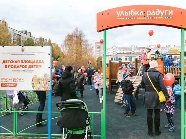 «Улыбка радуги» подарила детскую площадку детям Выборгского района Петербурга