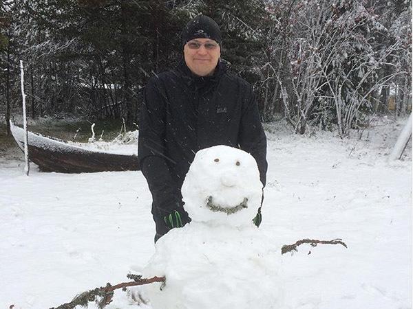 Жители Финляндии лепят первых снеговиков
