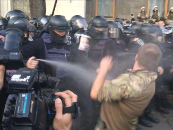 В Киеве полиция применила газ при штурме палаток у Рады