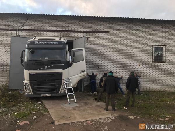 В час страха ФСБ и Росалкогольрегулирование пришли в Петродворец за тоннами спирта