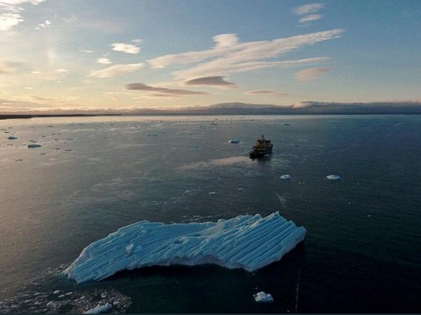 В Арктике нефтяники отбуксировали айсберг весом 1,1 млн тонн