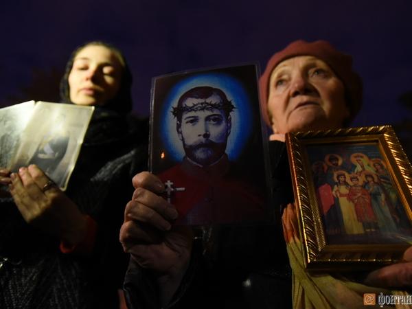 Постоять против «Матильды» у Мариинки вышли полтора десятка верующих