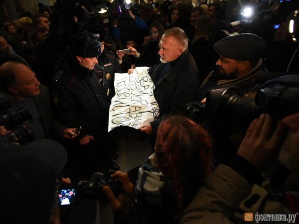 Помощник Милонова сорвал акцию в поддержку «Матильды» у Мариинского театра