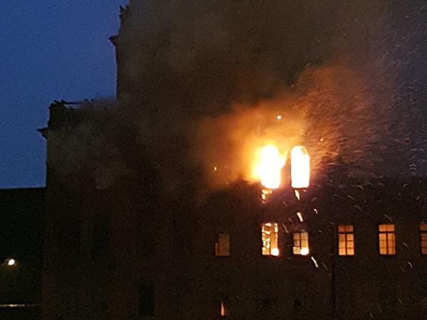 На заводе «Красный треугольник» полыхает расселенное здание