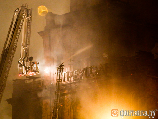 Огонь на главной башне «Красного треугольника» остановили