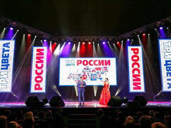 В БКЗ «Октябрьский» прошло патриотическое шоу «Три цвета России»