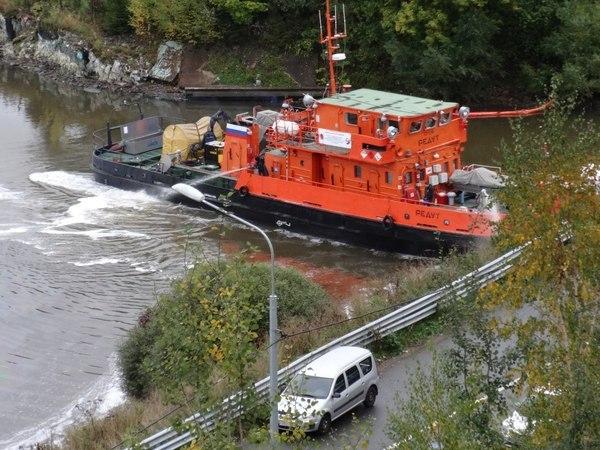 Специалисты ликвидируют нефтеразлив в реке Славянке