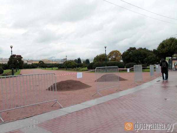 Марсово поле перед акцией сторонников Навального оградили ленточками и забором
