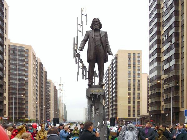 В Мурино открыли памятник Менделееву и анонсировали программу благоустройства